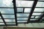 90 okien, z których każde jest wyposażone w dwa napędy zębatkowe ZA 85 firmy D+H, gwarantuje bezpieczne oddymianie w razie pożaru